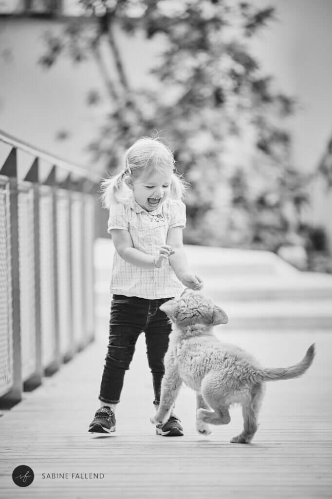 Kind und Welpe